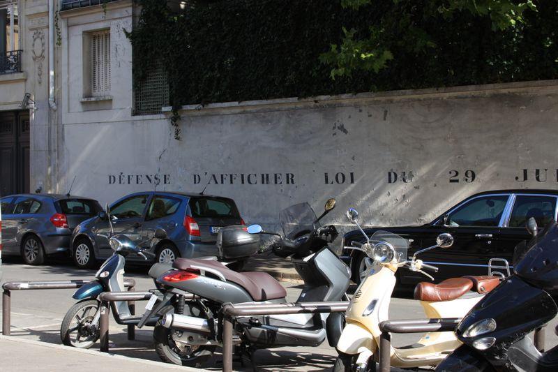 Across from Rue de Loo