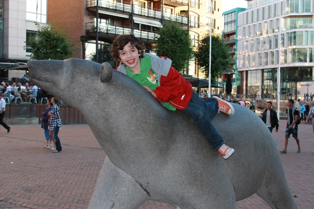 Climbing a bear in Oslo
